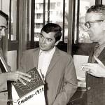 Celso Emilio, el primero por la derecha, con Joaquín Marta Sosa y con el poeta Pedro Francisco Lizardo, mirando la primera edición de Longa noite de pedra. Caracas, 1971.