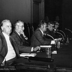 Acto na Aula de Cultura Galega do Ateneo de Madrid, da que era director o poeta. Na mesa, entre outros, Eduardo Blanco Amor, Celso Emilio e Daniel Cortezón. Madrid, 1977.