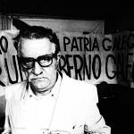 """Celso Emilio, no Día da Patria Galega de 1977, ante unha pancarta que dicía: """"Por un goberno galego"""". © Xurxo Lobato"""