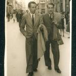 Laxeiro y Celso Emilio, licenciados después de estar los dos en el frente de Asturias de la Guerra Civil.