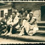 Celso Emilio, sentado abaixo, o segundo pola esquerda, con Moraima e co poeta e debuxante Xosé Sesto, a esposa deste, Manuel Prego de Oliver e Emilio Álvarez Blázquez, na Praza da Quintana de Compostela, o 25 de xullo de 1955.
