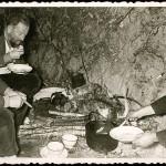 Comida después de la cacería en los Ancares con Xosé María Castroviejo, con quien comparte generación poética: la del 36. Celso Emilio es el primero por la izquierda.