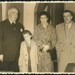 """Ceremonia de imposición de la """"Medalla de Salvamento de Náufragos"""" a Celso Emilio en la Comandancia de Mariña de Vigo, 7 de marzo de 1955. Entre los presentes está su hermano Pepe, Moraima y su hijo Luís."""