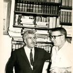 En la biblioteca de su casa de Caracas en 1970 acompañado por Xulio Formoso, periodista y en aquel entonces jefe de prensa del Ministerio de Minas de Venezuela. Su hijo musicaría el poema de Celso Emilio O dedo na chaga.