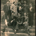 De pie, de izquierda a derecha, L. Freire, M. Montes, X. Rodríguez Gosende, D. León y O. Pérez, de la Federación de Mocedades Galeguistas. Sentados, P. Lezón, Celso Emilio y X. F. Álvarez Bernárdez. Celanova-Veiga, 2 de mayo de 1935.
