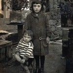 Celso Emilio, who is almost three years old, with her sister Pilar. It is the oldest image of poet.Celanova, December 15, 1914.