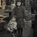 Celso Emilio, con casi tres años de edad, junto a su hermana Pilar. Se trata de la imagen más antigua del poeta. Celanova, 15 de diciembre de 1914.
