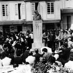 Entierro de Celso Emilio Ferreiro en Celanova, 1979. Parada del féretro ante el busto de Curros Enríquez.