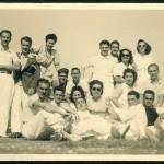 Celso Emilio, de pé o segundo pola esquerda, con Moraima e cun grupo de amigos de vacacións en Sanxenxo en agosto de 1943.