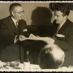 Celso Emilio recibindo un premio de mans do seu admirado Aquilino Iglesia Alvariño en 1946.