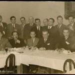 Xantar de homenaxe a Celso Emilio, sentado o segundo pola dereita, na súa marcha de Pontevedra. Está presente Sabino Torres, con el e con Manuel Cuña Novás fundara a colección de poesía Benito Soto. Pontevedra, 1950 (Foto Graña, Pontevedra).