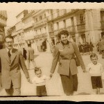 Celso Emilio e Moraima cos seus fillos maiores, Luís e Xosé María, en 1954 (Foto José Tilve).