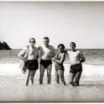 Celso Emilio, o segundo pola esquerda, co seu amigo, o poeta e debuxante Xosé Sesto, a súa dona Charo e Jaime Sesto, na praia da baía de Cata. Caracas, 1966.